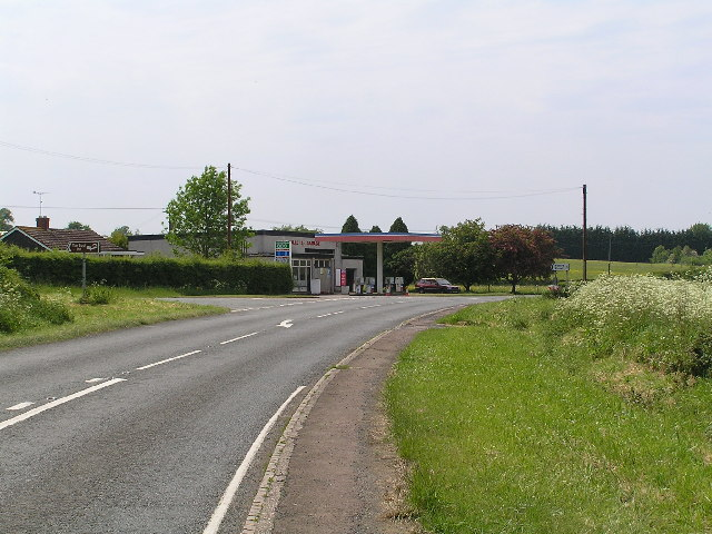 Tolleys Garage and the lane towards Flyford Flavell
