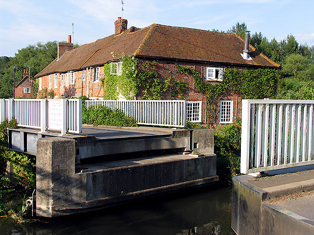 Open Swing Bridge: Woolhampton