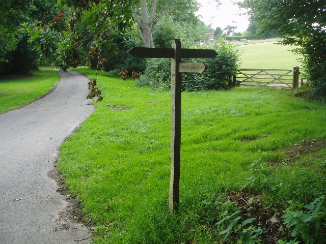 Footpath signs near Hooklands