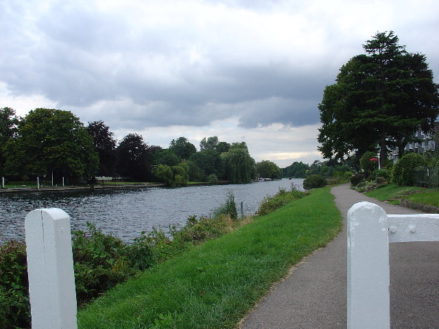Tow path towards Staines