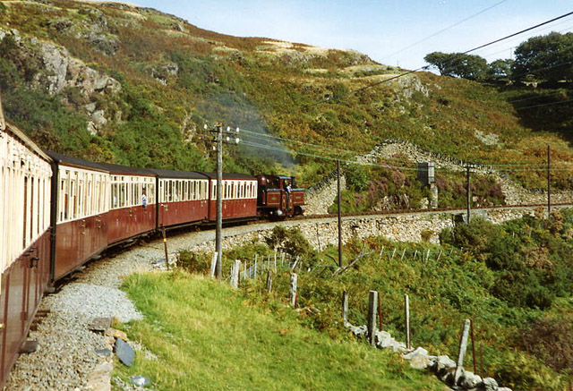 Ffestiniog Railway: train approaching Cambell's Platform