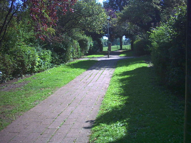 Footpath between Ruskin Road (B271) and Talbot Road, Carshalton.