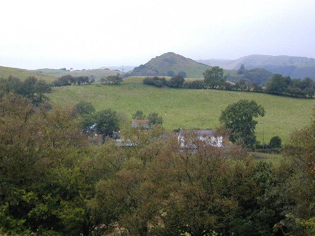 Ty'n-y-rhyd farm and craggy outcrop