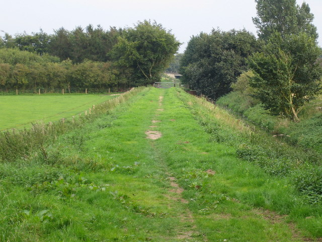 Footpath from cycle path