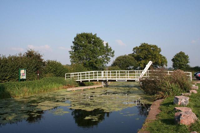 Halberton: footbridge over Grand Western Canal