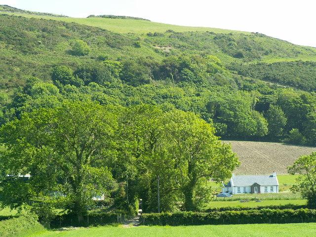 New bungalow at Ballaneddin Farm, and Cashtal Lajer ringfort.