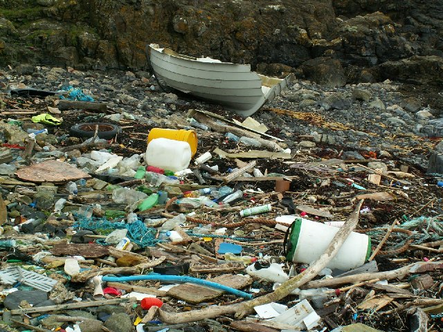 A litter strewn cove between Scarlett and Poyllvaaish