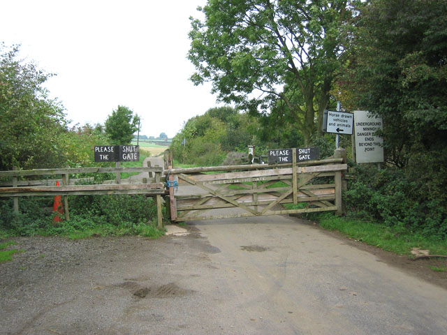 Gated Road, Holwell