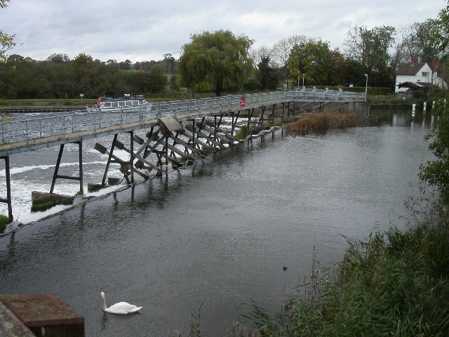 Weir on the river Thames  at Preston Crowmarsh
