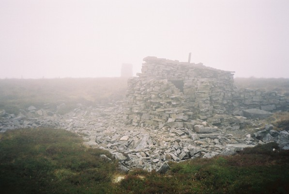 Hut and cairn, Dead Stones