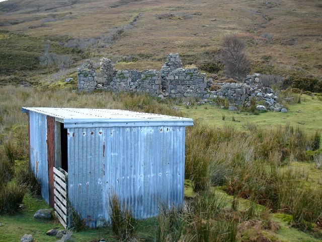 Shed and ruin at Loch an Draing