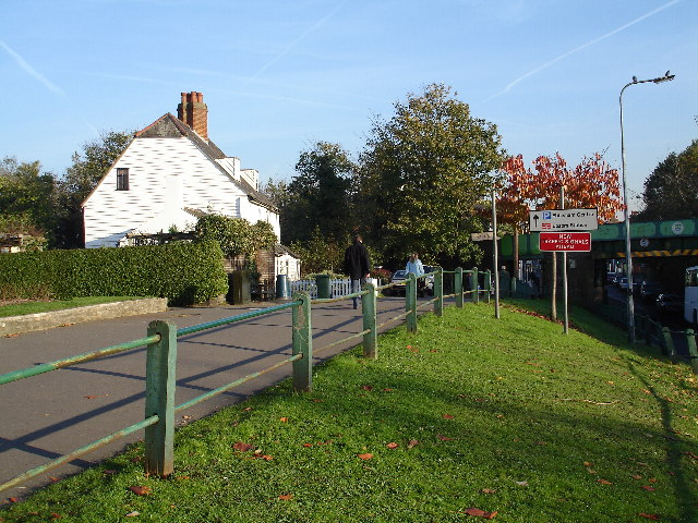 Footpath access into Epsom Town Centre from West Hill