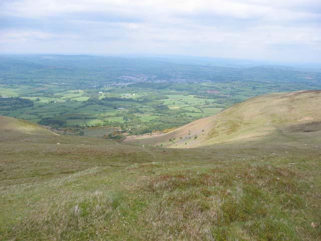 Looking from cefn Cwm Llwch into the head of Cwm Gwdi