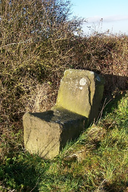 Stone seat on crest of Puddingpie Hill