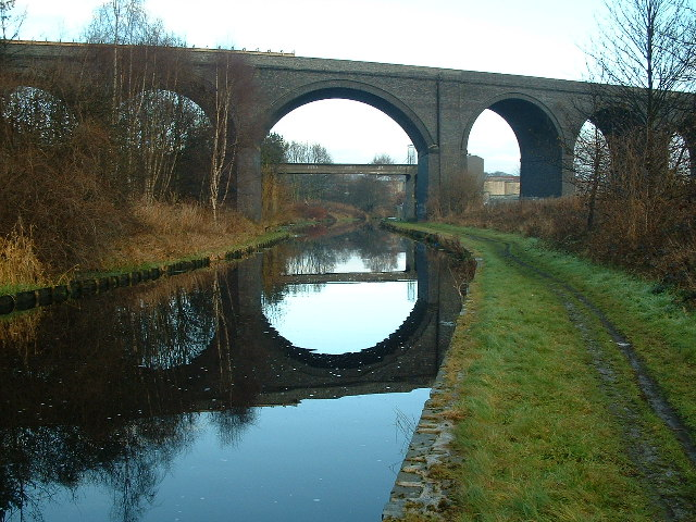 Viaduct (disused) crossing the Huddersfield Broad Canal
