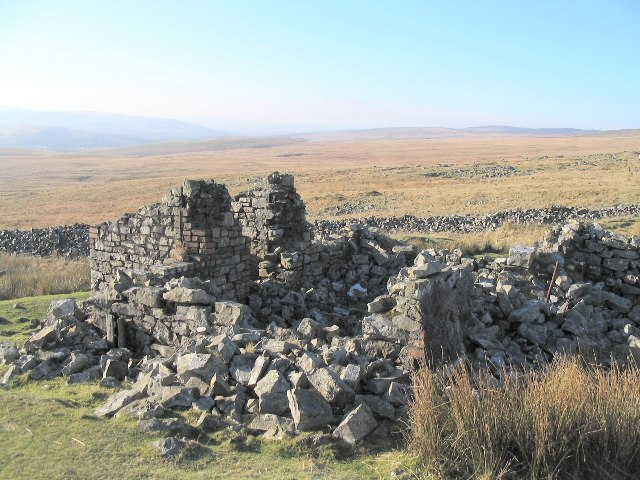 Ruin beside dismantled railway south of Pen yr Helyg