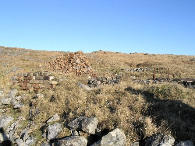 Ruined building and chimney on Pen yr Helyg