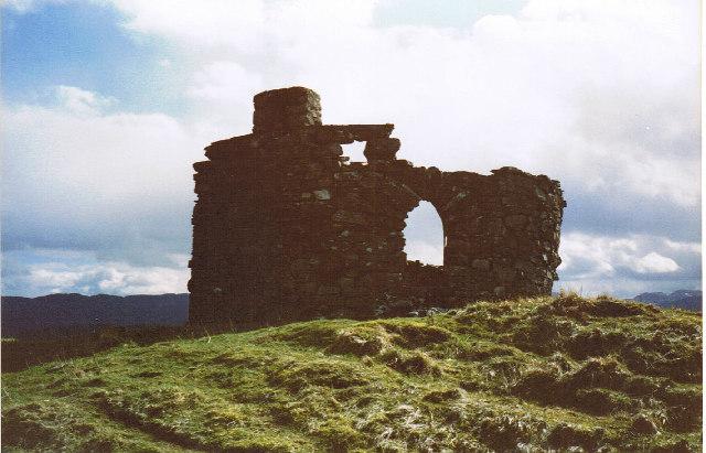 Ruin beside Tomanraid Lochs