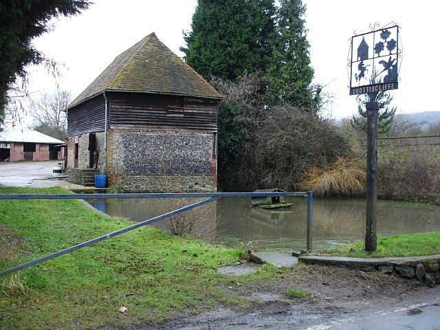 Duck pond and Village sign, Trottiscliffe