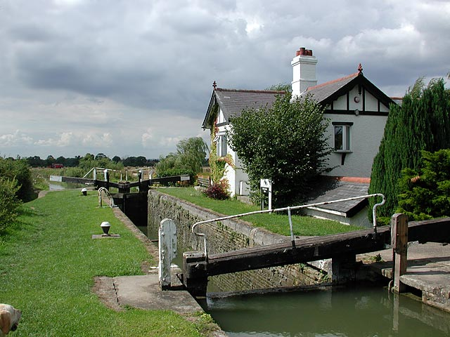 Lock and cottage on Aylesbury Arm of Grand Union