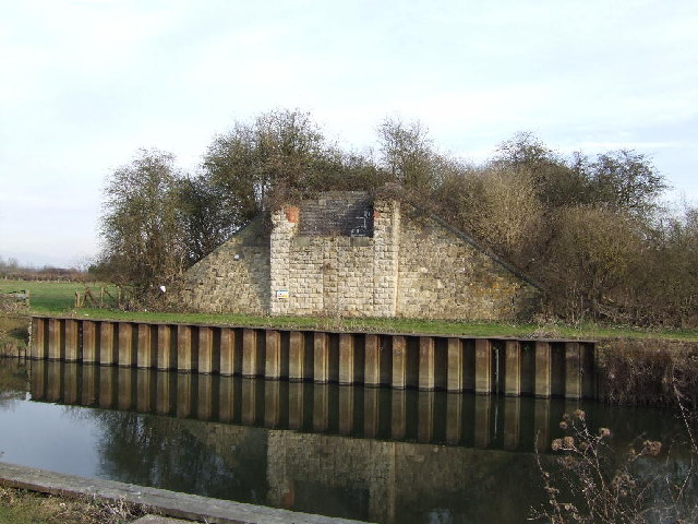 Site of railway bridge across River Thame