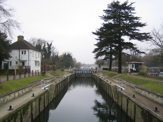 River Thames: Bellweir Lock, Egham