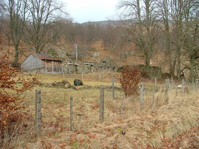 Derelict farm buildings at Inverpattack Farm