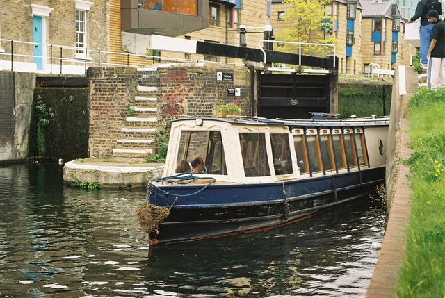 Boat leaving Mile End Lock
