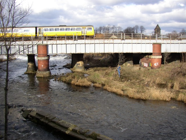 Railway bridge over River Calder, above Ledgard Bridge, Mirfield (SE201195)