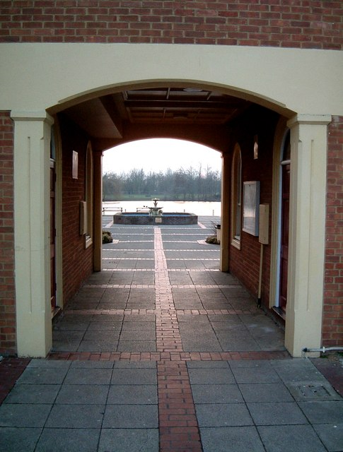 Watermead, Aylesbury : Archway view to lake