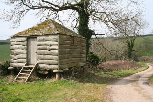 Duloe: granary at Lantundle Farm