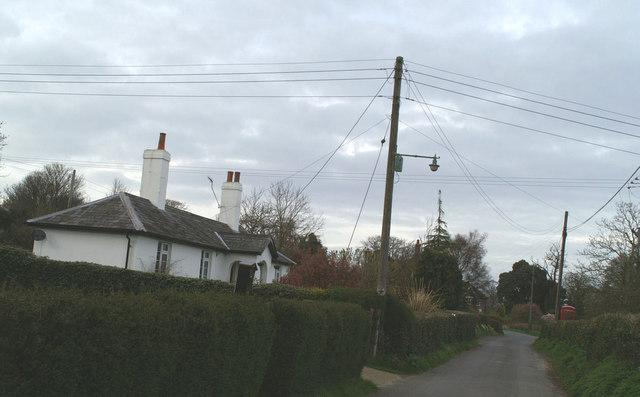 Cottage & telephone kiosk, Frogham