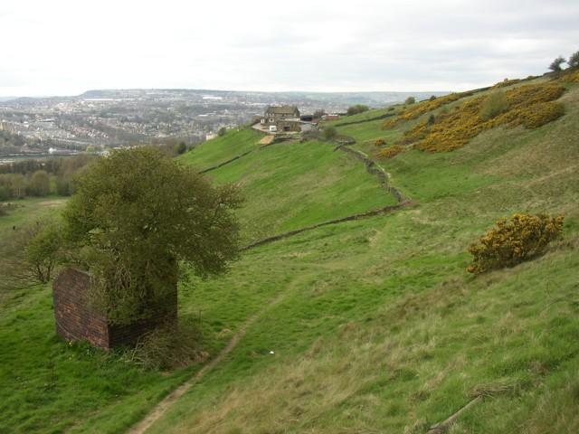 Footpath, air shaft and Snydal Farm, Southowram