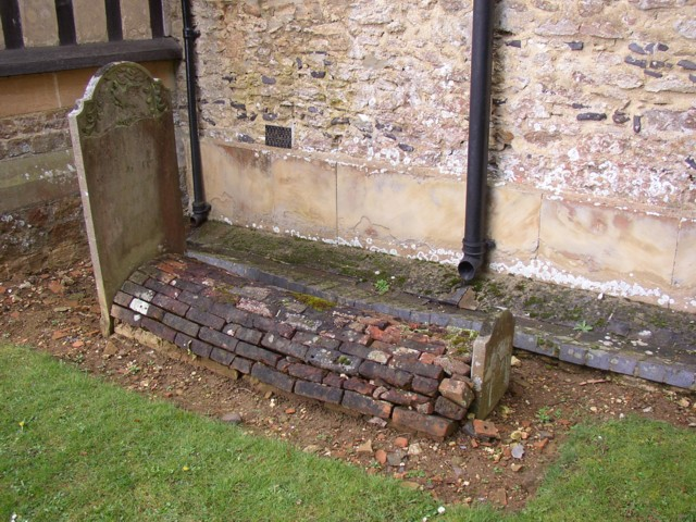 Unusual grave, St Nicholas's Church, Peper Harow