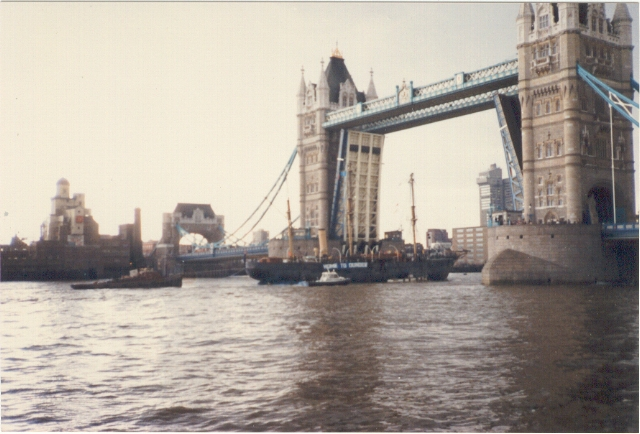 Tower Bridge open for RRS Discovery, 1986