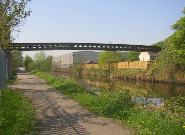 Pipe bridge over the canal, Brookfoot, Southowram