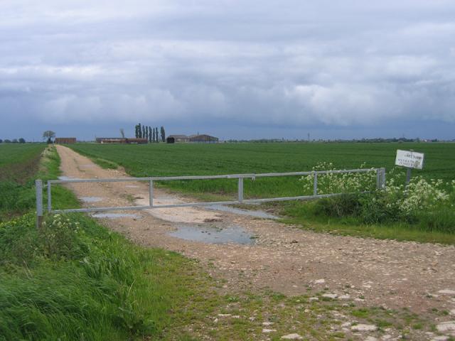Gated road to Sykemouth Farm, Swineshead, Lincs