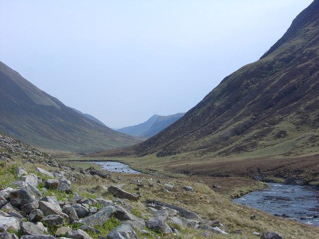Abhainn a' Ghlinne Mhoir river flowing north-east