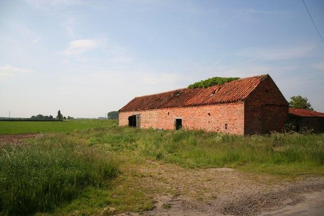 Disused farm building on Mareham Lane