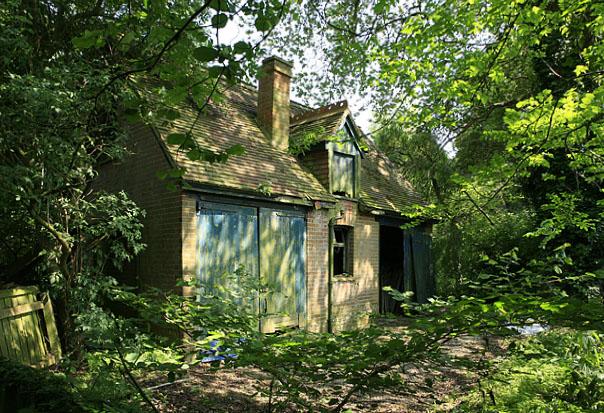 Semi-derelict store, Forest View, Brockenhurst