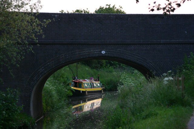 The A365 crosses the Kennet and Avon canal
