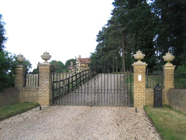 Gates and driveway, Cainhoe Manor, Gravenhurst, Beds