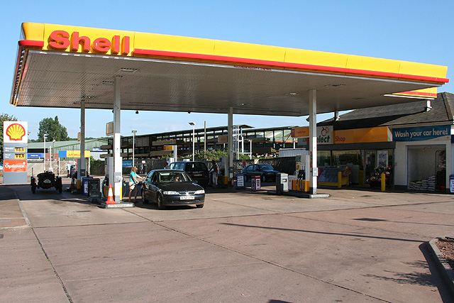 Crediton: Shell petrol station at Station Cross
