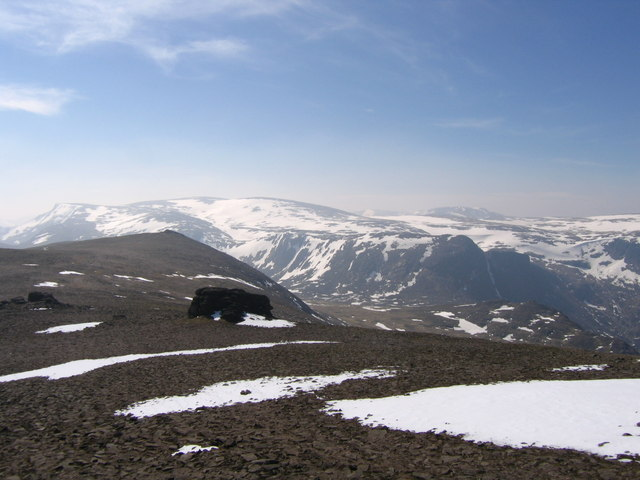 Summit plateau of Beinn Mheadhoin