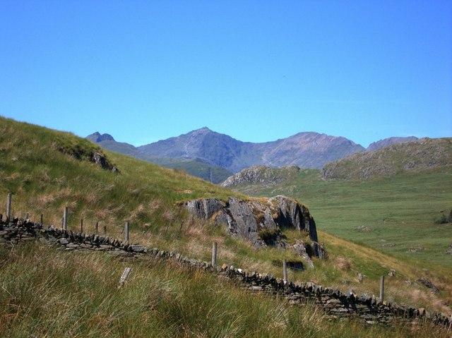 Scattered rocks at the northern spur of yr Arddu