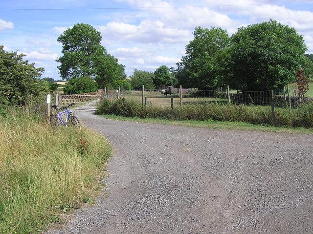 Disused Railway : Bankfoot Farm