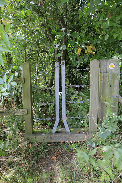 Unusual gate on footpath northeast of