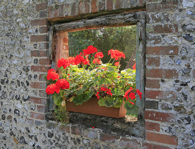 Window in garden wall, School Hill, Soberton