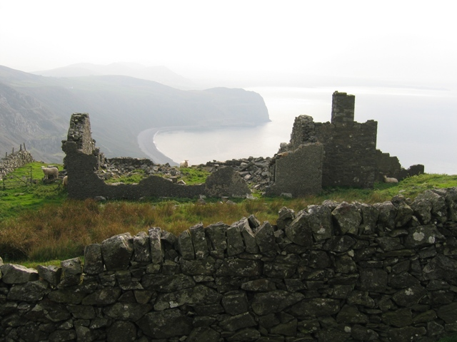Ruined building above Nant Gwrtheyrn