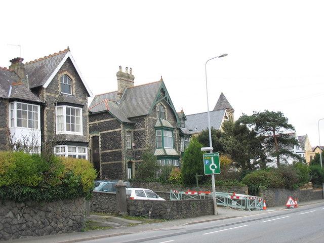 Victorian detached houses in Ffordd y Gogledd